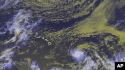 En esta imagen de satélite proporcionada por la Administración Nacional Oceánica y Atmosférica, se puede ver el ojo del huracán Héctor mientras la tormenta avanza hacia Hawai, el martes 7 de agosto de 2018 a las 00:30 UTC. (NOAA vía AP).