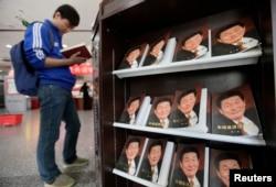 有人在北京书店里翻阅2011年出版的《朱镕基讲话实录》