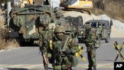 ژمارهیهک سهربازی مارینزی هێزهکانی کۆریای باشور لهسهر دورگهی یۆنگپـیۆنگ، دووشهممه 29 ی یازدهی 2010