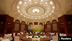 ພວກຄົນງານ ພວມກະກຽມບ່ອນຈັດກອງປະຊຸມສຸດຍອດ ຂອງສະມາຄົມອາຊ່ຽນ ທິ່ສຳນັກງານໃໝ່ ຂອງນາຍົກລັດຖະມົນຕີບຣູນາຍ ທີ່ Bandar Seri Begawan (23 ເມສາ 2013)