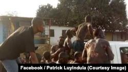 Des personnes brûlées à la suite de la collision d'un camion-citerne et d'un autre véhicule sur une route nationale sont transportées sur un véhicule du ministère de l'Intérieur, au Congo-central, RDC, 6 octobre 2018. (Facebook/Patrick Luyindula)