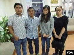 从左到右:张同学,钟同学,台湾陈同学,乌鲁木齐的李同学。(美国之音白桦拍摄)