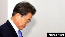 문재인 한국 대통령이 28일 청와대에서 열린 과학기술자문회의 위촉장 수여식을 위해 입장하고 있다. 문 대통령은 이날 외교부 태스크포스(TF·특별임무기구)의 '위안부 합의 과정' 조사결과와 관련해 입장문을 발표했다.