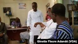 Le député Mohamed Atao Hinnouho, et à ses côtés l'ancien président Nicephore Soglo assi près de Valentin Djenontin, à Cotonou. (VOA/Ginette Fleure Adandé)