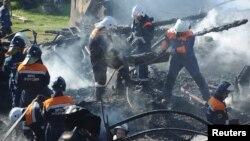 俄罗斯救援人员从医院中抬出尸体