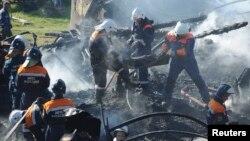 俄羅斯救援人員從醫院中抬出屍體。