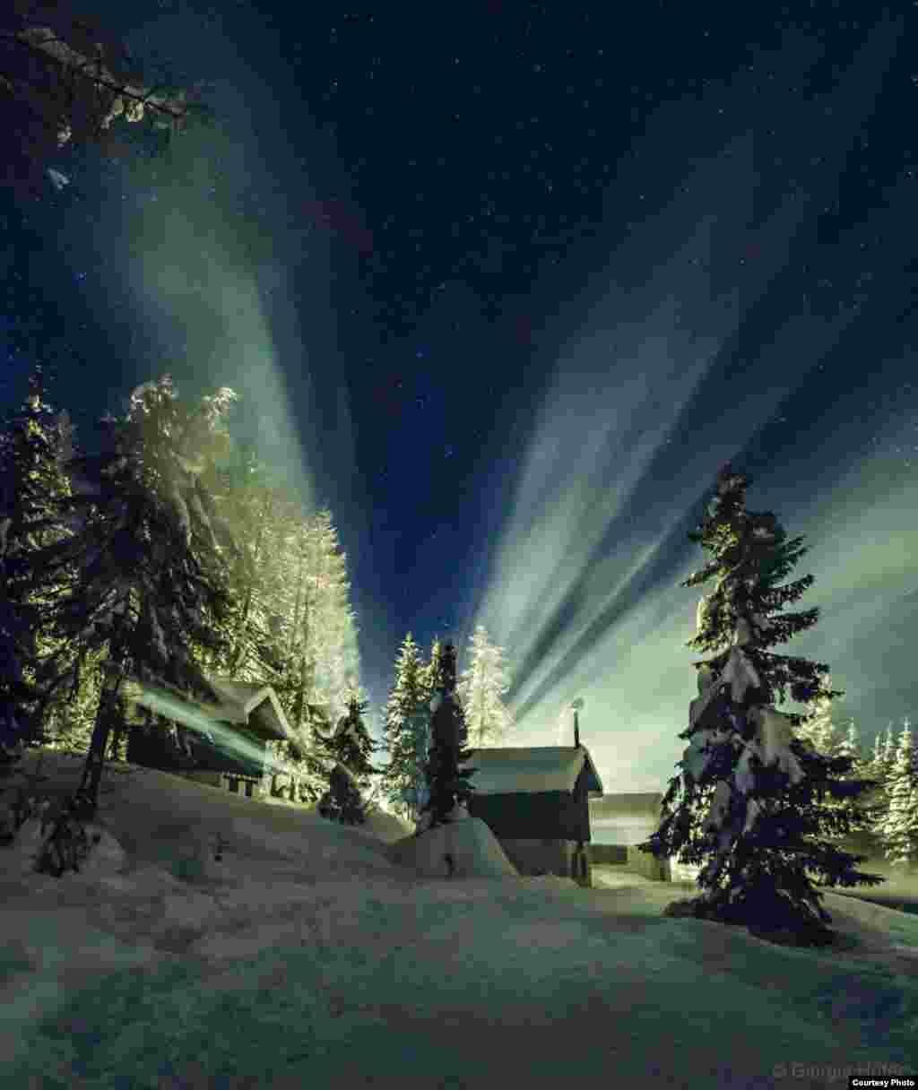 """Georgiya Xoferning """"Osmondagi nur"""" asari (www.cortinastelle.it). (© twanight.org/contest)"""
