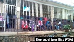 Quelques patients camerounais attendent la prise de leurs paramètres médicaux à l'hôpital d'Etoug Ebe à Yaoundé, le 23 octobre 2017. (VOA/Emmanuel Jules Ntap)