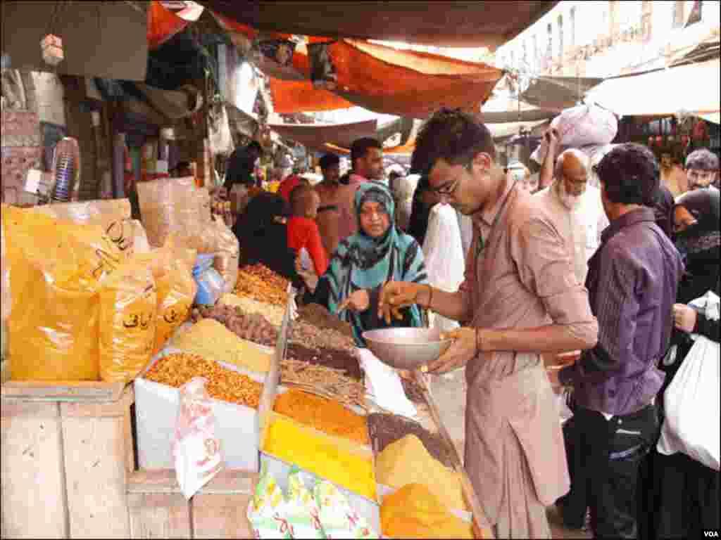 کھانے پینے کی اشیا کی قیمتوں میں اضافے سے شہری بھاؤ تاؤ کرتے ہوئے