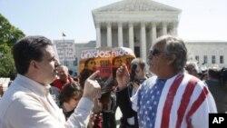 Ciudadanos a favor y en contra de la ley de Inmigración de Arizona, discuten frente a la Corte Suprema de Justicia, en Washington, D.C.