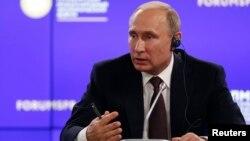 7일 러시아 상트페테르부르크에서 열린 '제20회 국제경제포럼' 총회에서 블라디미르 푸틴 러시아 대통령이 기자회견을 하고 있다.