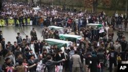 دیروز مظاهره کنندهگان، اجساد تن۷ از مسافران هزاره را که ۳ روز قبل در ولایت زابل سربریده شده بودند،تا دم دروازۀ ارگ آوردند.
