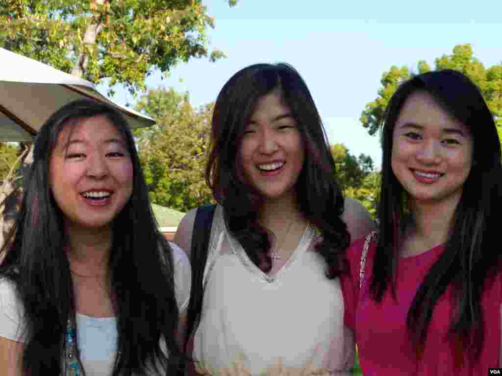 三个亚裔女孩结伴参选,喜形于色(美国之音国符拍摄)