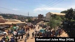 Les parents mercredi matin à l'entrée de l'école publique d'Ekoudou où 4 élèves ont trouvé la mort, à Yaoundé, au Cameroun, le 21 mars 2018. (VOA/Emmanuel Jules Ntap)
