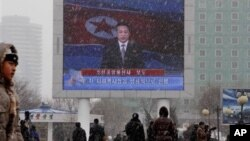 12일 북한 평양역에 설치된 대형 텔레비전에서 핵실험 사실을 알리는 관영 매체의 보도가 나오고 있다.