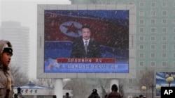 2013年2月12日在朝鲜平壤火车站的大型电视屏幕上播放朝鲜国家电视台的主播宣布朝鲜进行核试验的新闻