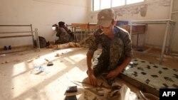 16일 하사카 주의 한 학교에서 쿠르드 민병대가 ISIL과의 전투를 준비하고 있다