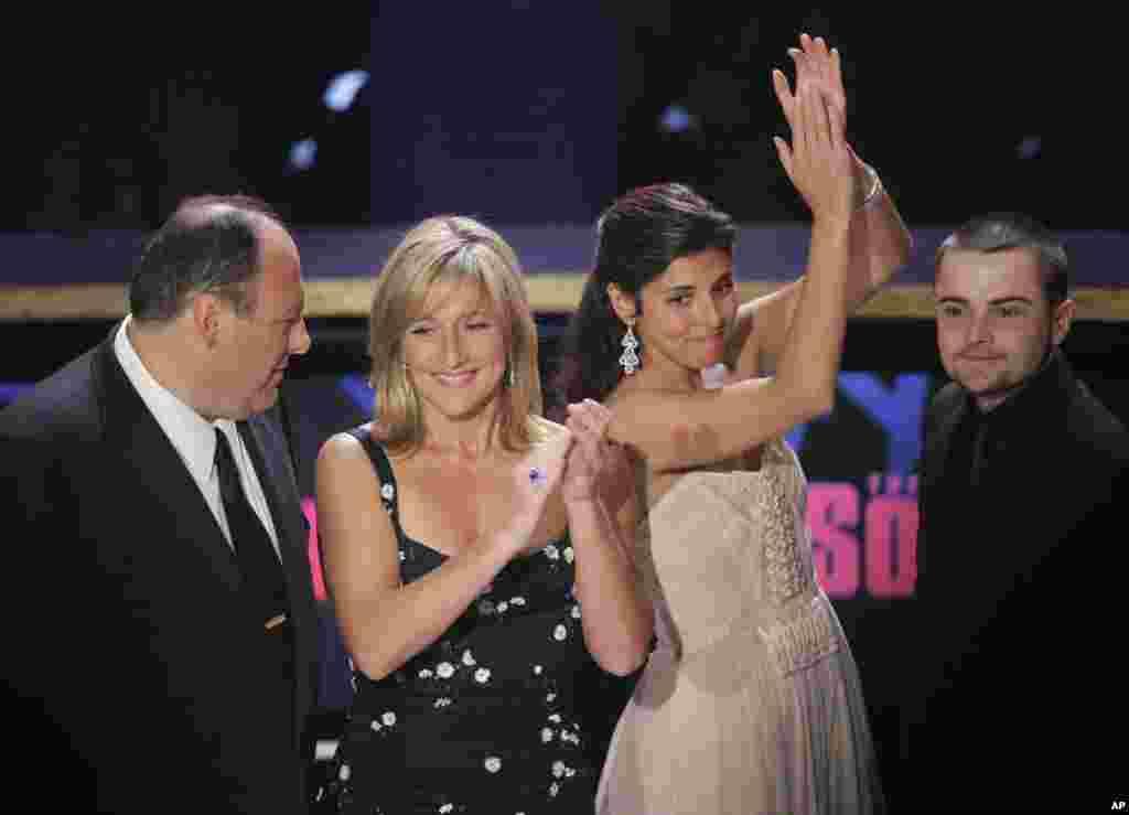"""Glumci serije """"Sopranovi"""" posle primanja nagrade Emi u Los Andželesu, 16. septembra, 2007. S leva na desno Džejms Gandolfini, Idi Falko, Džejmi-Lin Sigler, i Robert Ajler. Serija je osvojila brojne nagrade, uključujuću 21 Emi i pet Zlatnih globusa. Kao jedan od najpoznatijih proizvoda popularne kulture 2000-ih, serija je postala predmet mnogih analiza, kontroverzi i parodija, a proširila se i na knjige, video igre, muzička izdanja i niz drugih komercijalnih proizvoda."""