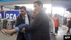 Пасажири помагають пораненим