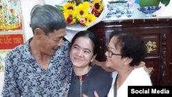 Ông bà Nguyễn Văn Lợi, Đặng Ngọc Minh vui mừng đón con gái Nguyễn Đặng Minh Mẫn về nhà sau được ra tù hôm 2/8/2019. Photo Loi Minh.