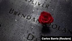 Une rose est déposée au Mémorial du 11 septembre à l'approche du 20e anniversaire des attentats du 11 septembre à Manhattan, New York (États-Unis), le 10 septembre 2021.