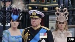 Công chúa Beatrice (phải) đã tạo ra một trong những thời khắc đáng ghi nhớ nhất trong ngày cưới của Hoàng Tử Williams, khi đến dự đám cưới với chiếc mũ lạ lùng được so sánh với một chiếc bánh pretzel khổng lồ