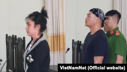 Bị cáo Trương Đình khang (trái) và Nguyễn Hồng Nguyên trong một phiên tòa xét xử họ ở thành phố Cần Thơ, ngày 22 tháng 9, 2018. (Hình: VietnamNet)