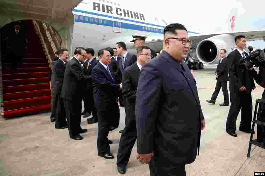 کیم جونگ اون، رهبر کره شمالی، با توجه به نزدیک تر بودن کشورش به سنگاپور، زودتر از پرزیدنت ترامپ وارد این کشور شد. پرزیدنت ترامپ از کبک در کانادا محل برگزاری اجلاس سران گروه موسوم به جی ۷ راهی سنگاپور شده بود.