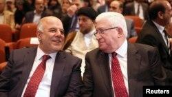El nuevo primer ministro iraquí, Haider al-Abadi (izquierda) y el presidente de ese país, Fouad Massoum, conversan durante la sesión en que se aprobó el nuevo gobierno.