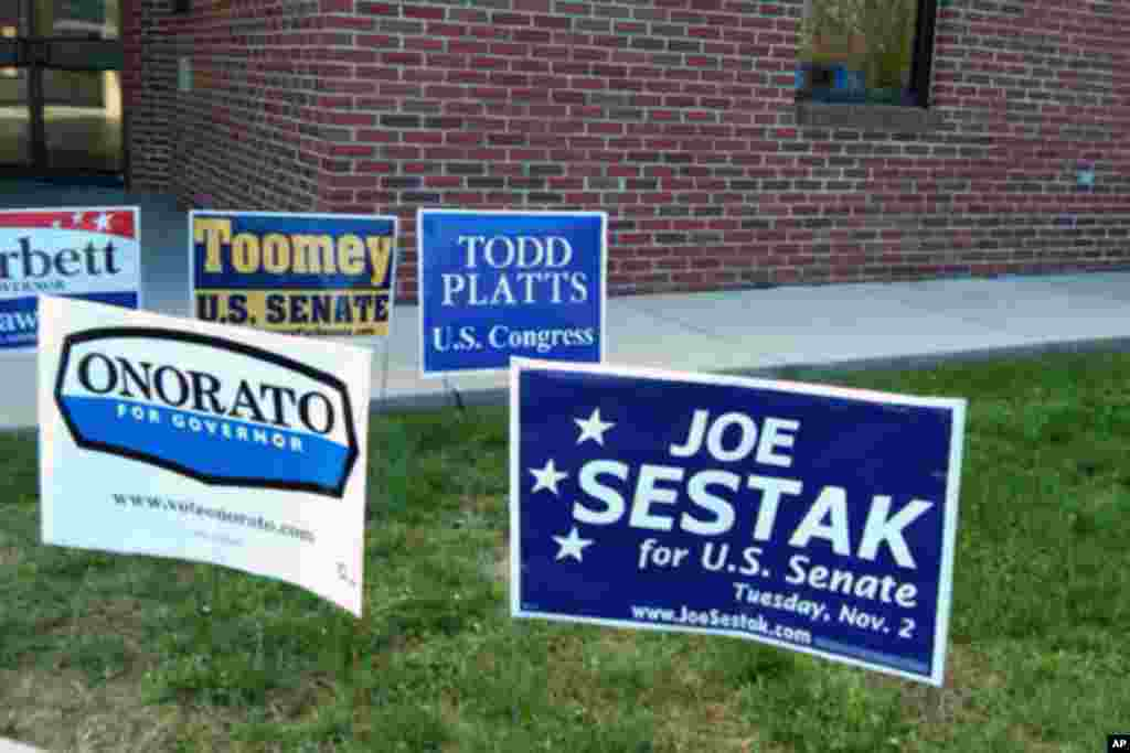 投票站前的竞选广告牌