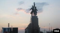 蘇聯象徵,位於莫斯科北部的工人與農民塑像。 (美國之音白樺 拍攝)