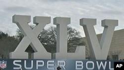 牛仔体育场外的45届超级碗巨大标志