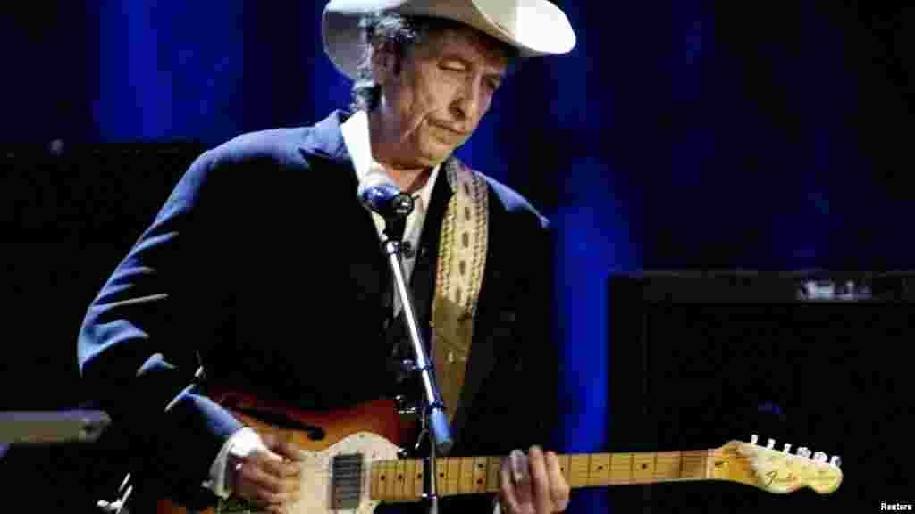 Bob Dylan joue de la guitare au théâtre de Wiltern à Los Angeles, le 5 mai 2004.