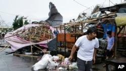Những sạp hàng đổ sập trong một khu chợ sau khi Siêu Bão Mangkhut quét qua thành phố Tuguegarao ở tỉnh Cagayan, đông bắc Philippines, ngày 15 tháng 9, 2018.