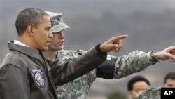 지난 3월 판문점에서 북 측 지역을 바라보는 바락 오바마 미국 대통령(왼쪽)과 유엔군 사령부 경비대대장 에드 테일러 미군 중령.