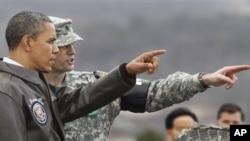 지난 2012년 3월 판문점을 방문한 바락 오바마 미국 대통령이 북한 지역을 바라보고 있다. (자료사진)