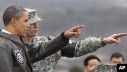 지난 3월 판문점을 방문해, 북한 지역을 바라보는 바락 오바마 미국 대통령(왼쪽)과 유엔군 사령부 경비대대장 에드 테일러 미군 중령.
