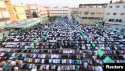 À Gaza, des Palestiniens font la prière du matin le 17 juillet 2015 pendant le Ramadan.