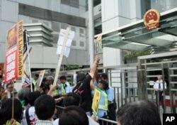 示威者与警方肢体冲撞