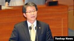 한국의 류길재 통일부 장관이 3일 오후 국회본회의에서 의원들의 정치분야 대정부 질문에 답변하고 있다.