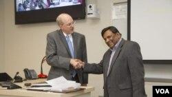 Ashim Mitra, kanan, menyadari bahwanya dirinya terpilih sebagai penerima Penghargaan dari Rektor (foto: Janet Roger/Strategic Marketing and Communication)
