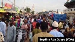 Les fidèles convergent vers la Grande Mosquées de Touba, Sénégal, 8 novembre 2017. (VOA/Seydina Aba Gueye)