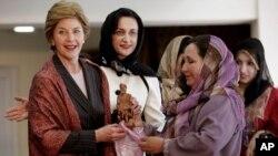 لورا بش (نفر اول سمت چپ) پس از سقوط رژیم طالبان سه بار به افغانستان سفر کرد