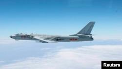 Tư liệu - Máy bay ném bom H-6 của Trung Quốc bay xuyên qua không phận giữa đảo chính của tỉnh Okinawa và đảo Miyako nhỏ hơn ở phía nam Nhật Bản, ngày 27 tháng 10, 2013.