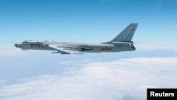 Máy bay ném bom H-6 của Trung Quốc trên một vùng biển tranh chấp.