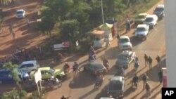 Vikosi vya usalama karibu na hoteli iliyoshambuliwa mjini Bamako Mali, Nov. 20, 2015.