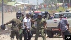 Polisi wa kutuliza ghasia wakipambana na walinzi wa kiongozi wa upinzani Cellou Diallo, mara walipomkamata baada ya kulizuia kundi la Diallo kufanya maandamano huko Conakry, Guinea Set. 27, 2011