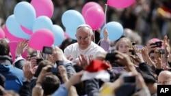 ຝູງຊົນທີ່ນັບຖືສາສະໜາກາໂທລິກພາກັນຮ້ອງເຊຍຊົມເຊີຍພະສັນຕະປາປາ ທີ່ຍ່າງຜ່ານພວກເຂົາເຈົ້າໄປ ຫລັງຈາກປະກອບພິທີ ທາງສາສະໜາ ປະຈໍາວັນອາທິດ ທີ່ສະເຫລີມສະຫລອງເທດສະການບຸນ Easter ຄັ້ງທໍາອິດ ຂອງພະອົງ ຢູ່ຈະຕຸລັດ Saint Perter's ຢູ່ວັງ Vatican, ວັນທີ 31 ມີນາ 2013.