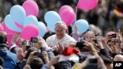 Đám đông chào đón Đức Giáo Hoàng khi xe chở Ngài ra khỏi Quảng trường Thánh Phêrô, ngày 31/3/2013.