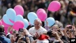 Papa Francis Sen Piyer meydadında Paskala Yortusu için toplanan kalabalığın arasından geçerken